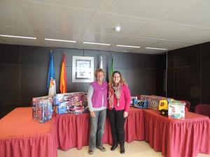 Annette y Melania Hernández, Concejal Delegada de Servicios Sociales del Ayuntamiento de Breña Baja, con regalos de Navidad para niños y niñas del Municipio.