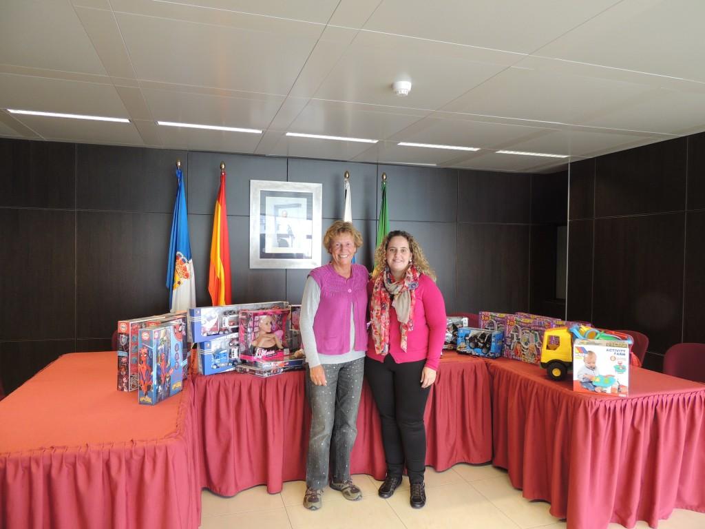 Annette Ibarra mit Melania Hernandéz vom Servicios Sociales in der Gemeinde Breña Baja bei der Übergabe von Weihnachtsgeschenke für bedürftigen Kinder in der Gemeinde.