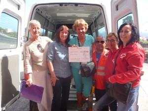 Irene Scheidt y tres personas más de Cruz Roja recogen los alimentos