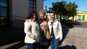 """Auf dem Foto María Zoraida Hernández und Rosabel Díaz García, Beauftragte des Sozialdienstes und Annette Ibarra von """" Asociación Solidaridad SOS La Palma""""."""