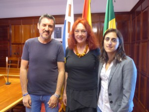 Bürgermeister von Garafía Martín Taño García und Christina Rodríguez Pérez von SOS Solidaridad La Palma mit Rocío Rocha Rodríguez Gemeinderätin